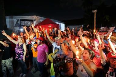 Con velas y pancartas hombres y mujeres demuestran su apoyo a Lula afuera de la Superintendencia de la Policia Federal, en Curitiba