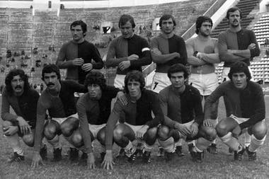 On April 10, 1977, Carlovich made his debut against Colon in a match against Huracán; he barely played six minutes and was injured; in the photo, the first from left to right among those below