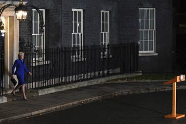 May, en Downing Street tras superar ayer la moción de censura