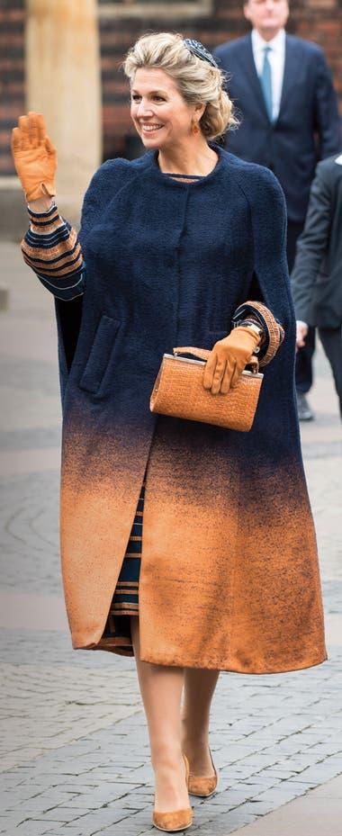 Nadie lleva las capas como Máxima: durante la mañana impactó con una de chenille con efecto degradé de Jan Taminiau, que acompañó con vestido de crêpe Georgette con rayas verticales (ver izquierda) del mismo diseñador.