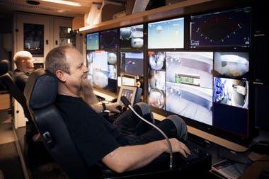Los pilotos de los robots submarinos durante una revisión del barco apodado Okänt