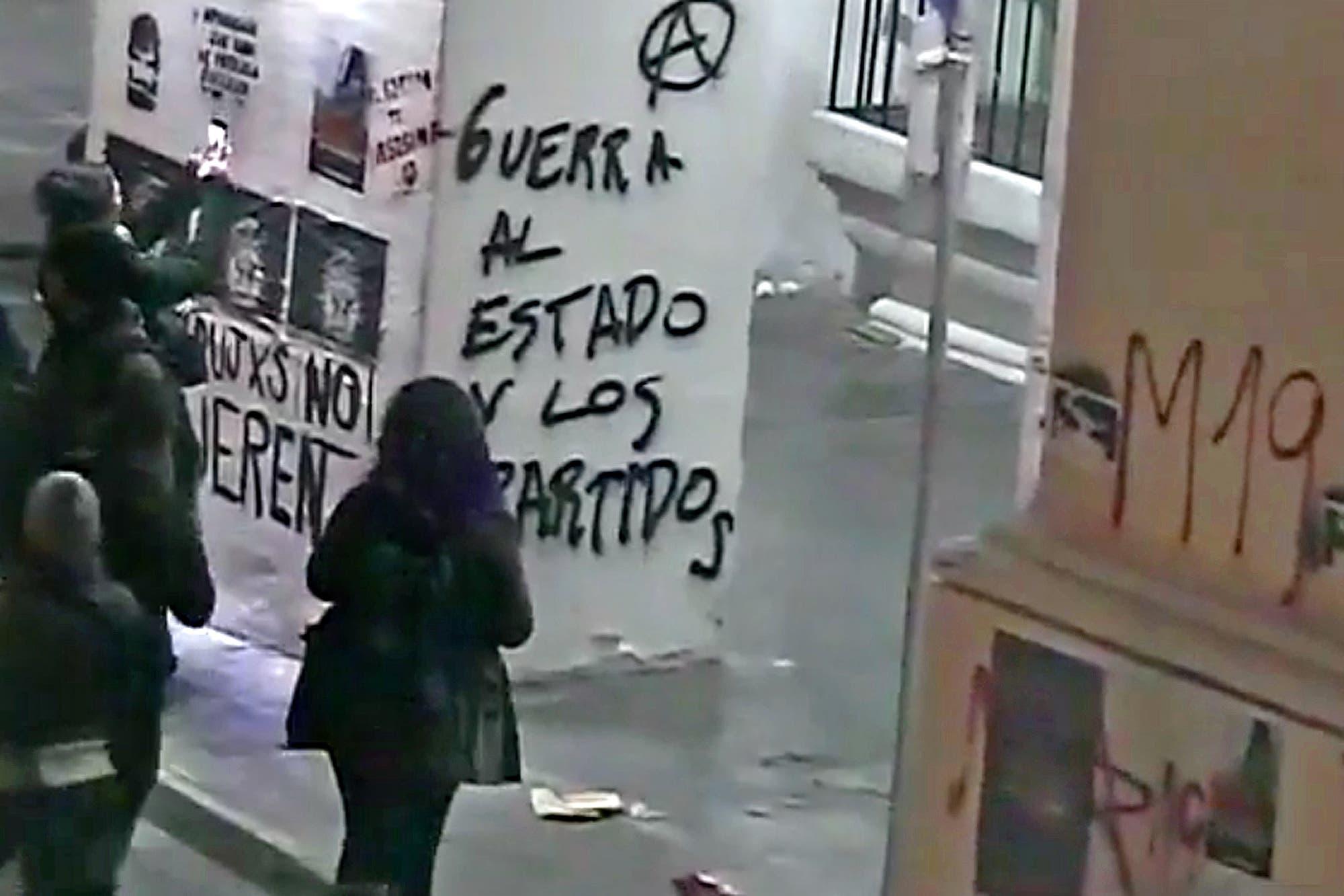 Pintadas en el Cabildo tras una marcha por Santiago Maldonado