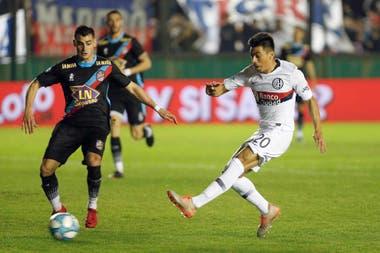 Juan Ramírez ya remató de zurda. Será el primer gol de San Lorenzo.