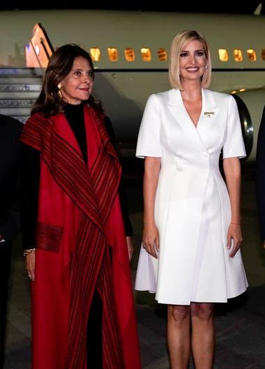 Vestido sastrero junto con Marta Ramírez, en Colombia