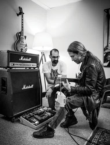 Sergio Vallín, de Maná, toca la Les Paul edición especial que le hizo Gibson. A su lado, el argentino César Gueikian, uno de los nuevos dueños que se relaciona con los músicos que usan guitarras de la marca, como Slash y Joe Perry