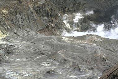 Imagen publicada por GeoNet, donde se puede ver a los turistas en un sendero cerca del cráter del volcán el lunes 9 de diciembre de 2019 en White Island, Nueva Zelanda.