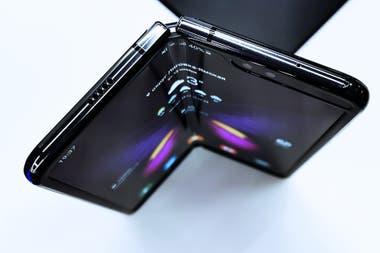 El Samsung Galaxy Fold es el primer modelo de teléfono con pantalla plegable en salir a la venta, seguido por el Huawei Mate X y el Motorola Razr