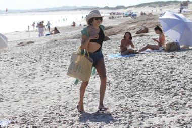El look de Mariana Genesio: también apostó por un traje de baño negro, short de jean y sombrero para cubrirse del sol