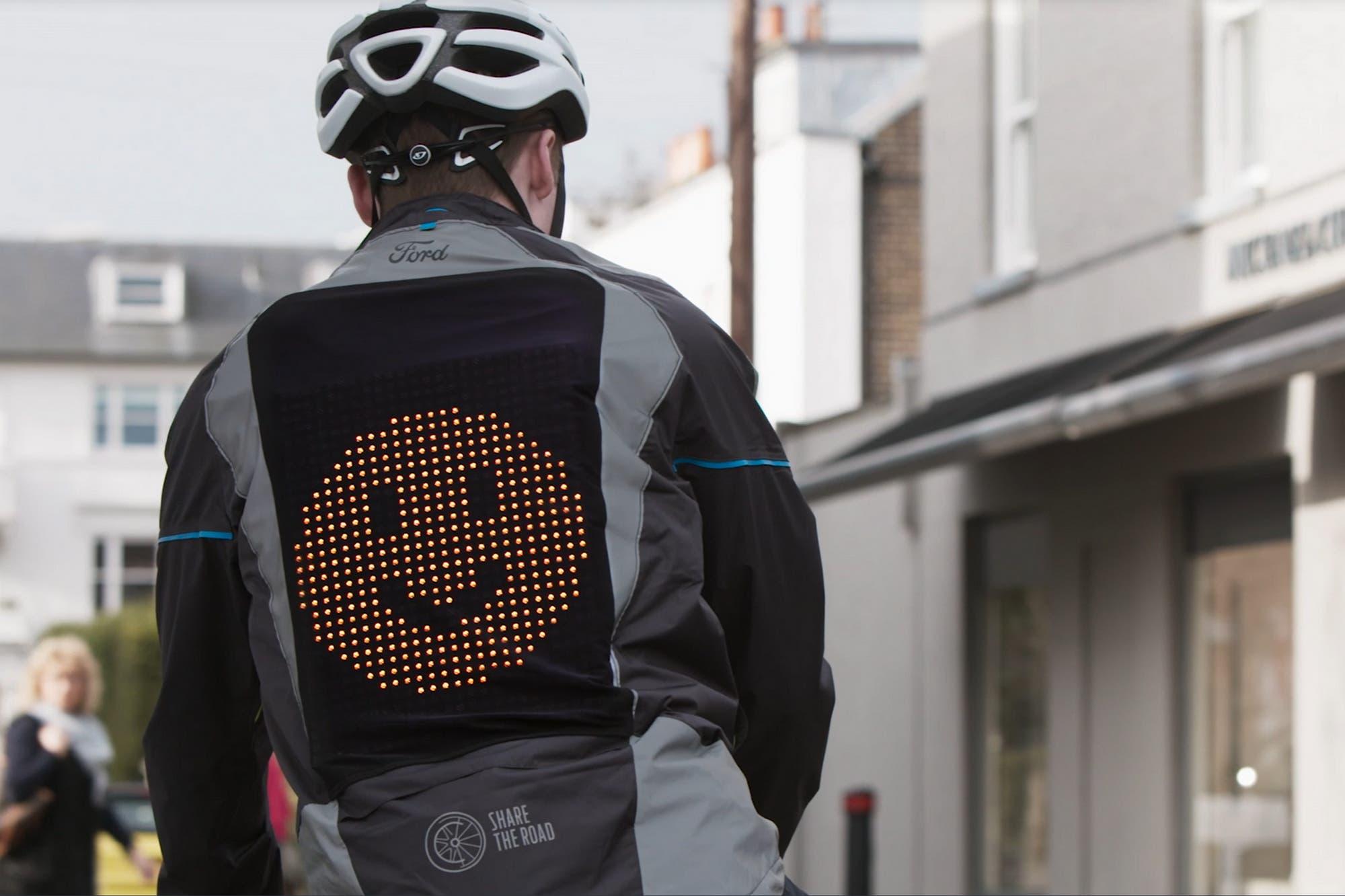 Con emojis: así es la campera de Ford que muestra el estado de ánimo de los ciclistas