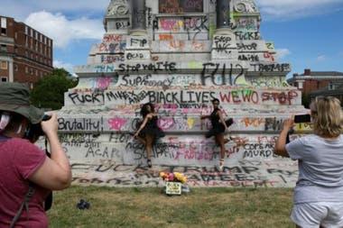 Manifestantes escribieron mensajes en un monumento al general confederado Robert Lee en Virginia.