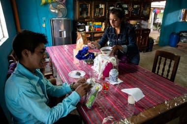 El maestro Gerardo Ixcoy y su esposa Yessika López se preparan para almorzar