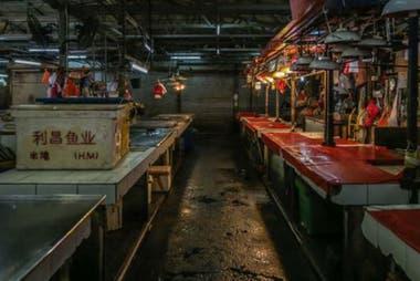 """Yuen Kwok-yung se dirigió a uno de los llamados mercados """"mojados"""" de Wuhan para investigar el brote."""