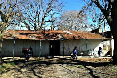 El almacén El Crisol está ubicado sobre un camino rural en las afueras de Salto, a 200 km de la Ciudad de Buenos Aires