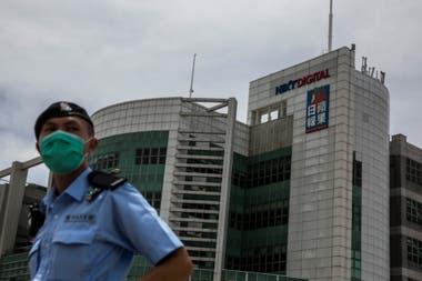 La policía custodia el edificio de Next Media, hoy en Hong Kong