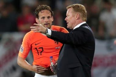 Koeman en su rol de DT de Holanda, da instrucciones a Daley Blind de Holanda durante la semifinal de la Liga de Naciones de la UEFA entre Holanda e Inglaterra, en agosto de 2019