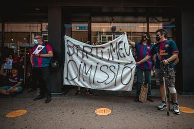 Una bandera pide la renuncia de Josep Bartomeu en Barcelona, en medio de la decisión de Lionel Messi de abandonar el club.
