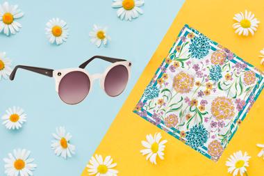 Una combinación que no falla, al estilo de las divas doradas del Hollywood de los 50: anteojos y pañuelo de seda