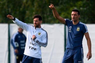Lionel Scaloni y Lionel Messi, durante un entrenamiento en Rusia.