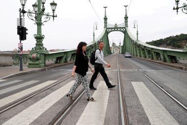 Pia Rusp y Michael Rusp de Alemania, caminan durante una visita turística tras el brote de la enfermedad por coronavirus en Budapest, Hungría