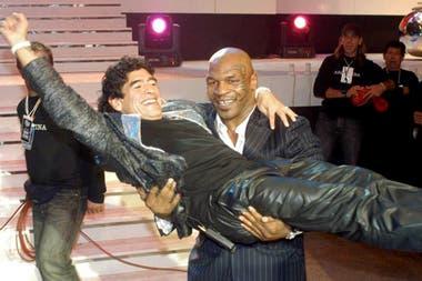 Última emisión de La noche del 10 desde el Luna Park. Mike Tyson lleva en andas a Maradona