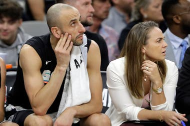 Becky Hammon junto a Manu Ginóbili, cuando el bahiense todavía jugaba en los Spurs