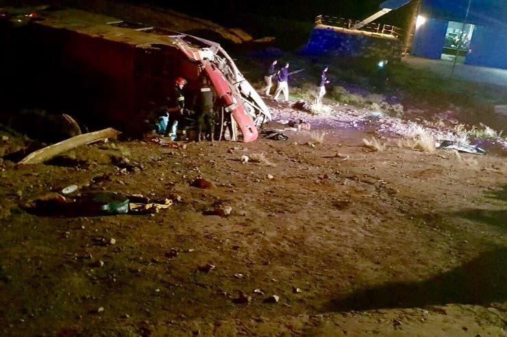 Tres adolescentes murieron y otras 20 resultaron heridas esta madrugada al chocar dos micros en la ruta nacional 7, a la altura de Las Cuevas