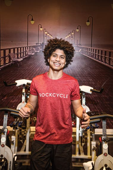 Víctor Figueredo. Trabajaba en un gimnasio en Caracas. Tiene 26 años y es bailarín de estilos urbanos. Llegó hace dos años a la Argentina, pasó por varios lavaderos de autos y hoy es instructor de spinning