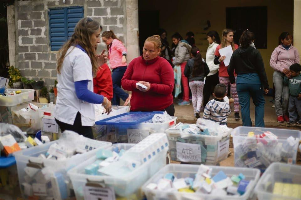 Entrega de medicamentos. En la casa de María Rodríguez, vecina del paraje Puesto Torrado, una médica suministra medicamentos recetados a una mujer