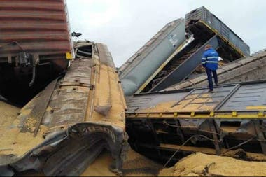Los siete vagones con la carga quedaron al costado de la vía