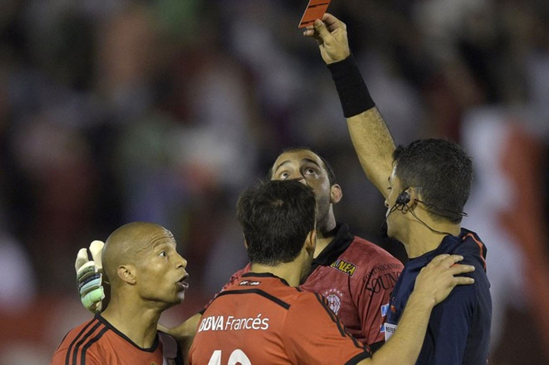 En el escritorio: Independiente analiza pedir los puntos ante Santos por la supuesta mala inclusión de Carlos Sánchez
