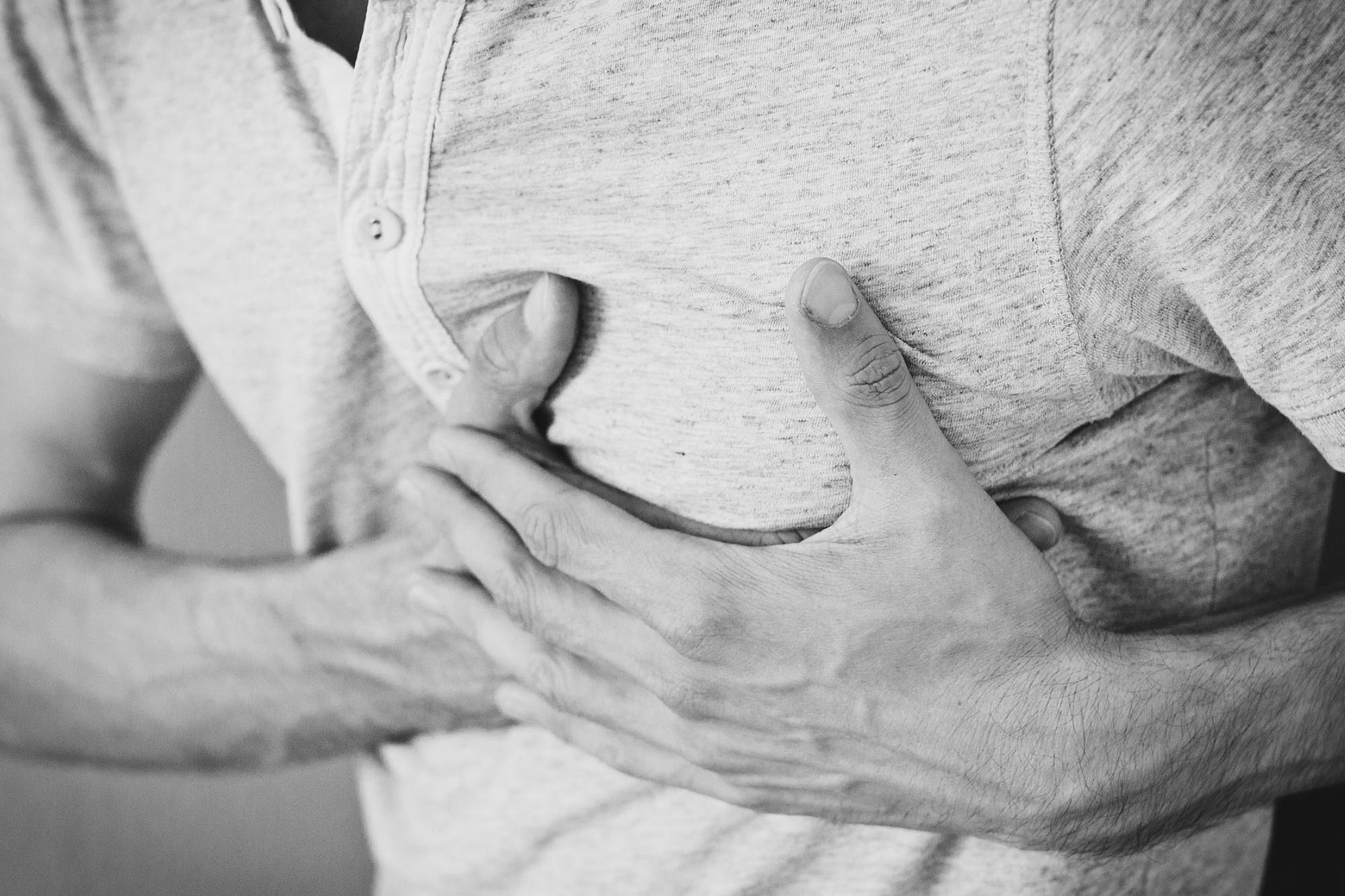 dolor en el centro del pecho y ahogo
