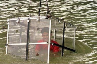 Lahiri tenía experiencia en estos escapismos, dentro de jaulas metálicas o de cristal, como en este caso, en el río Hugli