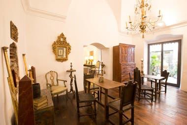 Entre los muebles quedan vasijas jesuíticas del 1700