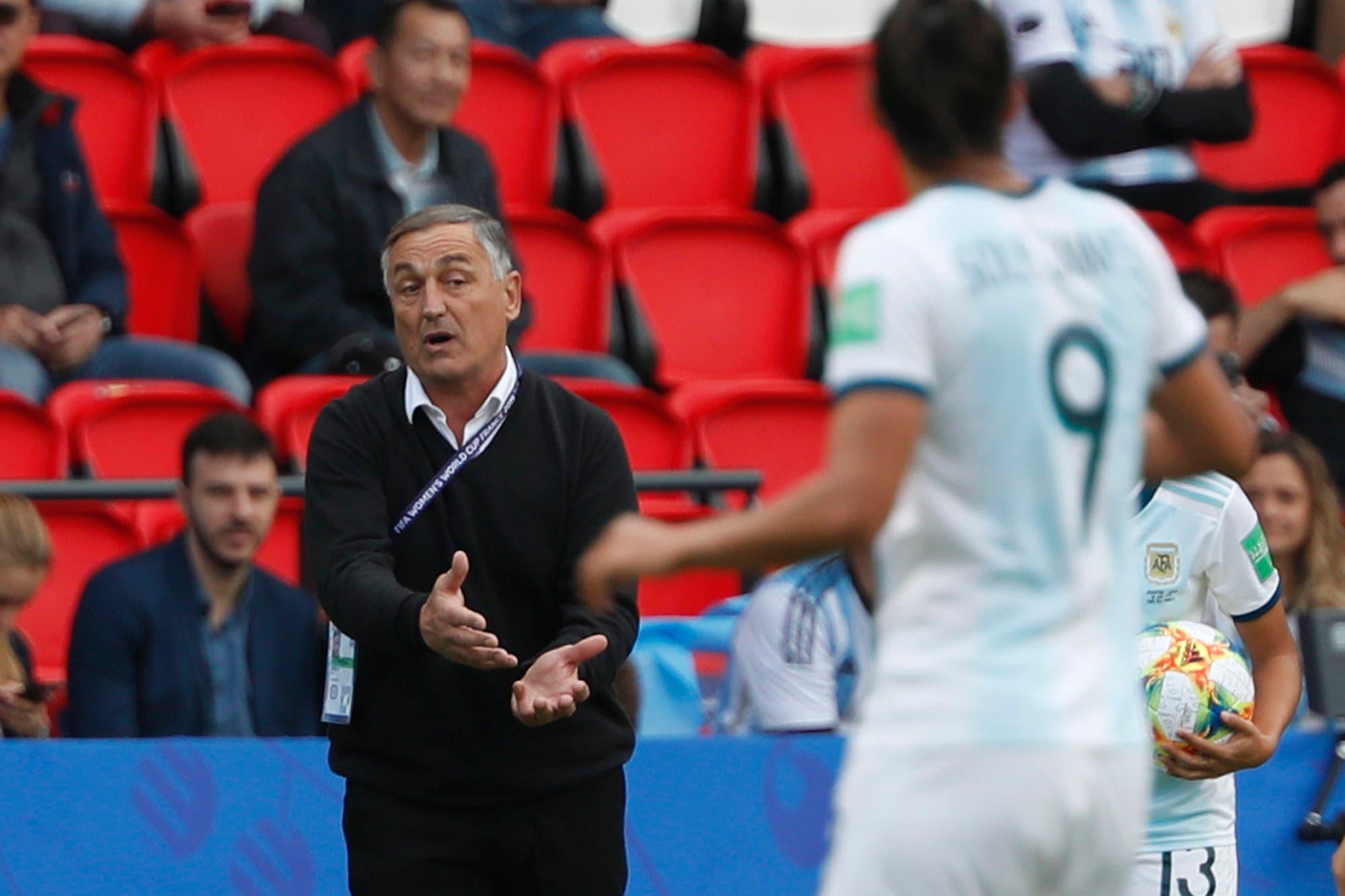 """El DT Borrello, después del escándalo: """"Las jugadoras piensan con el corazón; yo, con la cabeza fría"""""""