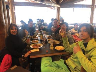 Con su hermana Bernardita, su suegra Virginia, Salvador, Milo e Indra a la hora de la comida