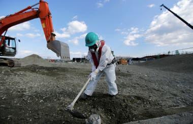 Operarios trabajan en la reconstrucción de la central nuclear de Fukushima en febrero de 2016