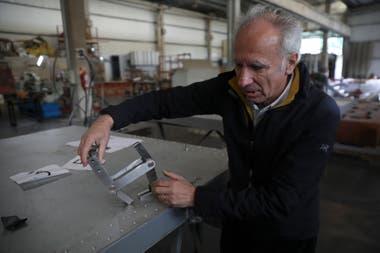 Tisi muestra piezas de las puertas diseñados en su taller