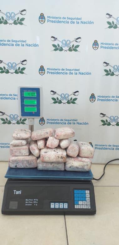 En total, los agentes secuestraron 17 paquetes de marihuana, con un peso de 4,5 kilogramos.