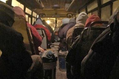 """El colectivo se llama """"cuadrilla"""" y viaja lleno de trabajadores"""