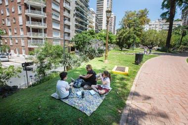 Mónica Miranda y sus dos nietos haciendo un pícnic sobre un viejo cementerio jesuita en Barrancas de Belgrano