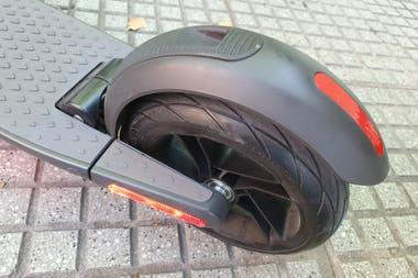 El guardabarros trasero cuenta con el sistema para enganchar la barra de dirección a la base del scooter