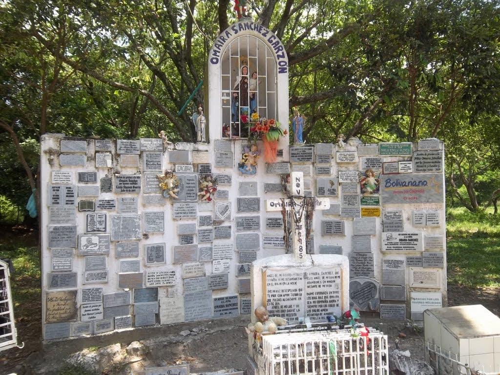 La tumba de Omayra se convirtió en un centro de peregrinación