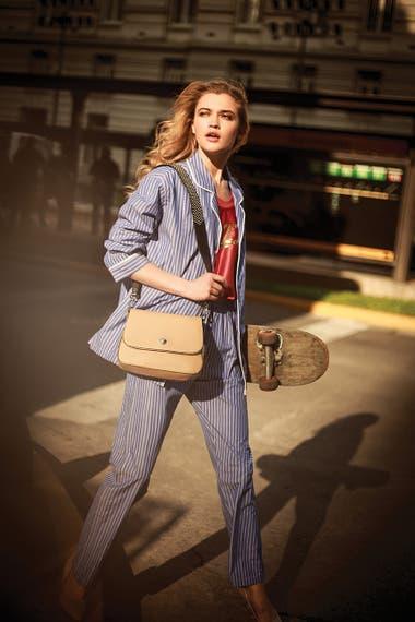 Pijama de hombre (Caro Uomo), musculosa con lentejuelas en el frente (Nike), cartera con correa con tachas y stilettos de charol (Blaquè)