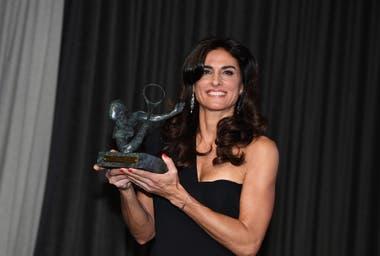 45) En junio de 2019, en París, Sabatini recibió el máximo honor de la Federación Internacional de Tenis, el Premio Philippe Chatrier, otorgado desde 1996 a individuos y organizaciones por su significativa contribución al tenis dentro y fuera de la cancha.