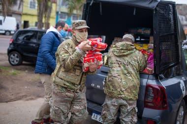 El Ejército colabora con raciones de comida para los habitantes del barrio