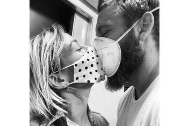 """Con Sarah, su mujer, amor en tiempos de pandemia desde Roma: """"Me dicen que ahora está muy complicada la situación en Argentina, y tengo miedo de que el día que pueda volver, no me encuentre con el país que dejé"""", cuenta con angustia"""