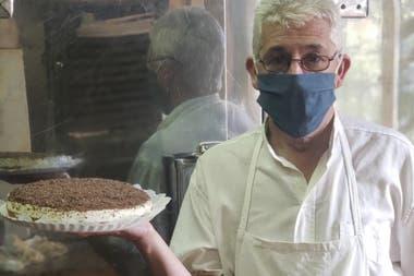 Uno de los pasteleros que mantiene la tradición, y la receta de Luis