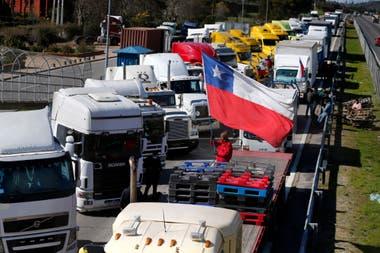 Cortes de rutas de camioneros en Valparaíso por el aumento de los ataques de los mapuches en la Araucanía, sur de Chile