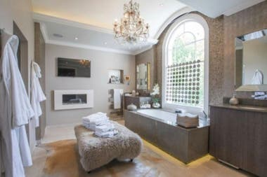 El dormitorio principal incluye una sala de estar contigua, vestidores dobles y un baño