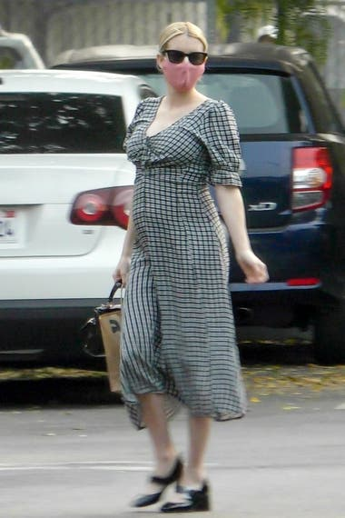 Emma Roberts, feliz luciendo su pancita de embarazada